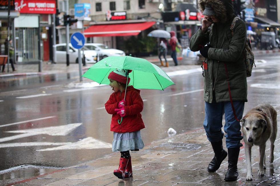 גשם בתל אביב (צילום: מוטי קמחי) (צילום: מוטי קמחי)