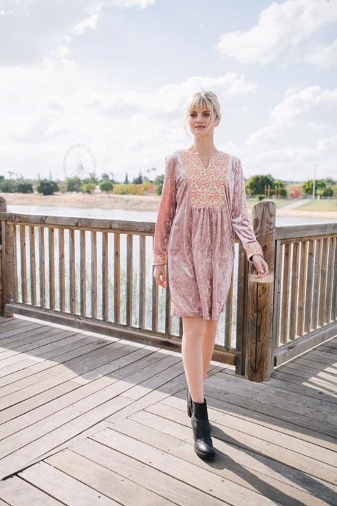 לארה רוסנובסקי. בתמונה: שמלת וודסטוק ב-894 שקל במקום 1,490 שקל (צילום: ליה גולדמן)
