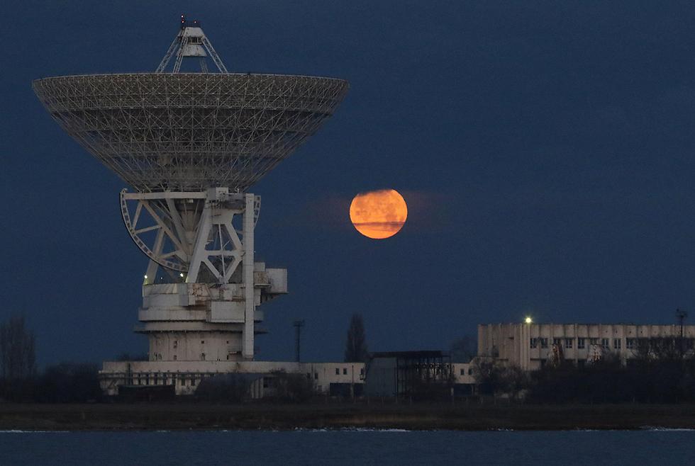 הירח זורח בחצי האי קרים (צילום: רויטרס) (צילום: רויטרס)