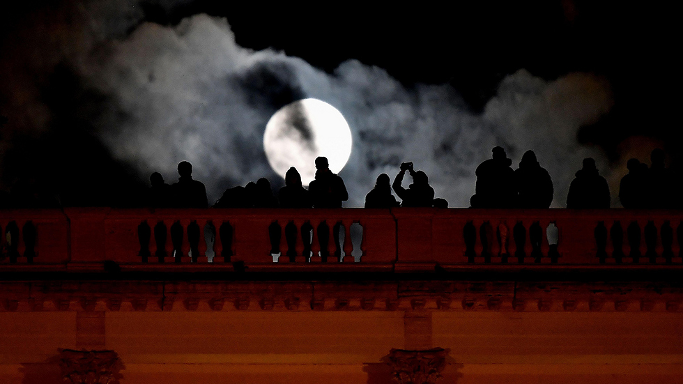צופים ברומא (צילום: AFP) (צילום: AFP)