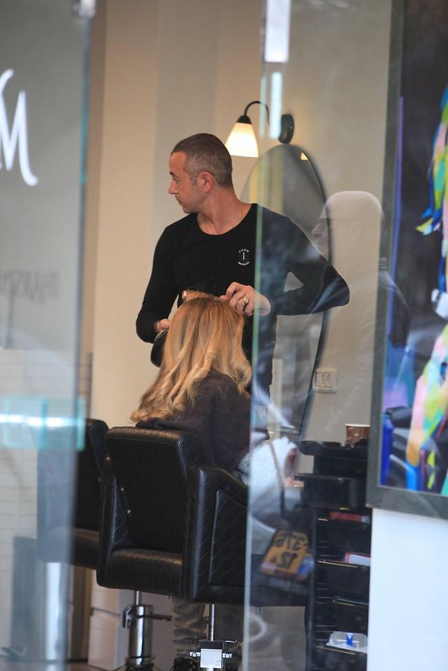 """""""עושה לך שיער בלי להסתכל"""" (צילום: מוטי לבטון)"""