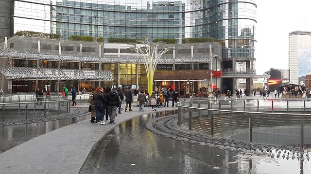 הכיכר של הרובע החדש: Piazza Gae Aulenti (צילום: מיכל מנדל) (צילום: מיכל מנדל)