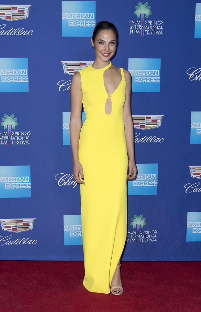 לא סגורים מה דעתנו על השמלה שלך. גל גדות צהובה (צילום: AFP)
