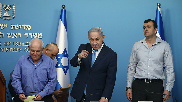 Prime Minister Netanyahu, center, with Welfare Minister Haim Katz, left, and Finance Ministry Direct-General Shai Babad (Photo: Ohad Zwigenberg)