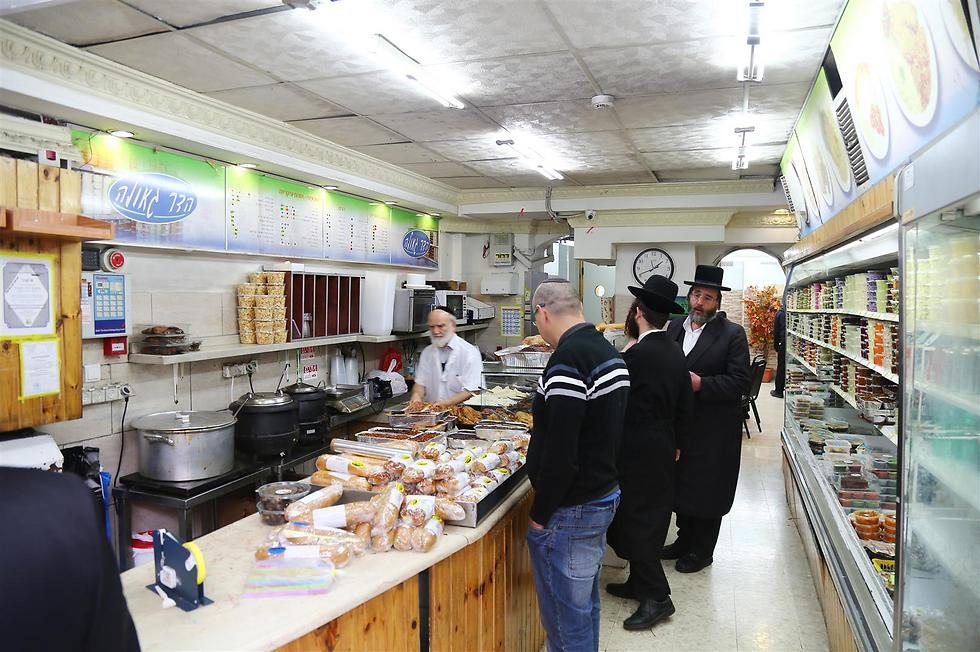 """כולם צריכים מזון. יום חמישי בשכונת """"גאולה"""" הירושלמית (צילום: מאיר בולקה)"""