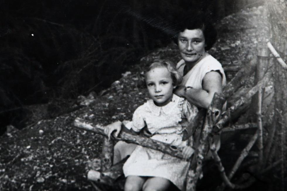 """בילדותה, עם אמה צילה. """"היא גידלה אותנו על פי התורה החינוכית של יאנוש קורצ'אק וסיפרה חוויות מבית היתומים"""" (צילום: אלבום פרטי)"""