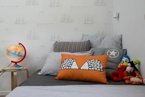 כריות מגוונות בחדרו של הבן (צילום: שירן כרמל)