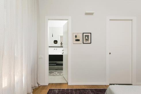 תלייה לא סימטרית גם ליד דלת חדר הרחצה (צילום: שירן כרמל)