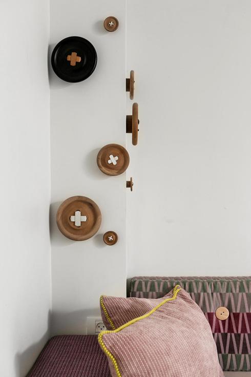 כפתורי העץ בפינה נקנו ב''גלוריה מונדי'' (צילום: שירן כרמל)