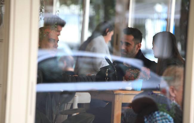 """""""למה האוכל לא מגיע?"""" ירדן הראל, עומרי שלום ואברם גרנט (צילום: מוטי לבטון)"""