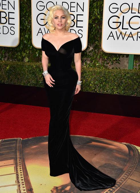 הפתעה מעודנת. ליידי גאגא לובשת ורסאצ'ה (צילום: AP)