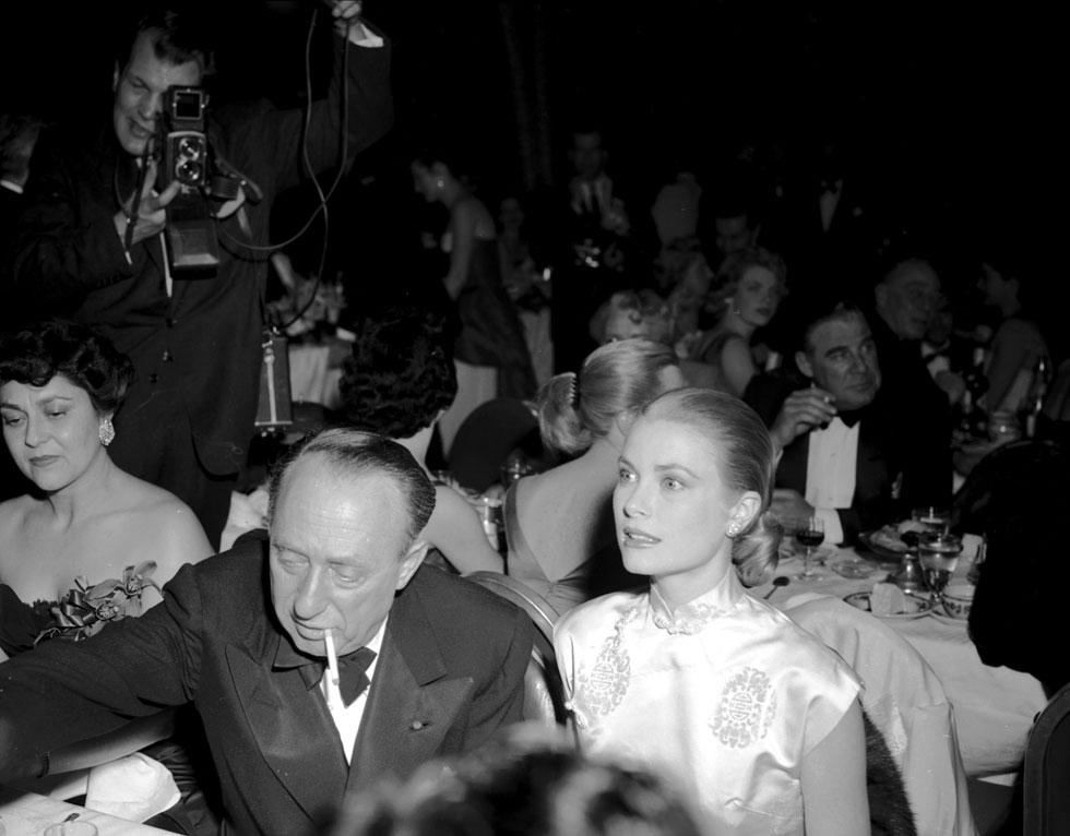 חודשיים לפני שנישאה לרנייה נסיך מונקו ופרשה מעולם המשחק. גרייס קלי בטקס גלובוס הזהב, 1956 (צילום: Gettyimages)