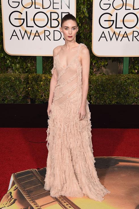 שמלה שנראית כמו שיר פיוטי. רוני מארה לובשת אלכסנדר מקווין (צילום: Gettyimages)