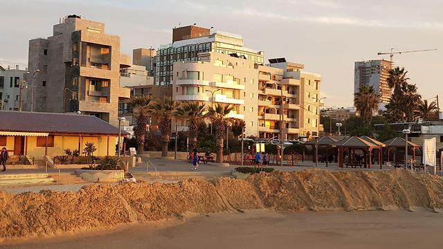 סוללת החול שהוקמה בחוף מציצים (צילום: עמית הובר) (צילום: עמית הובר)