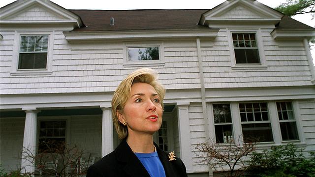 קלינטון מחוץ לבית שרכש הזוג ב-1999 (צילום: AP)
