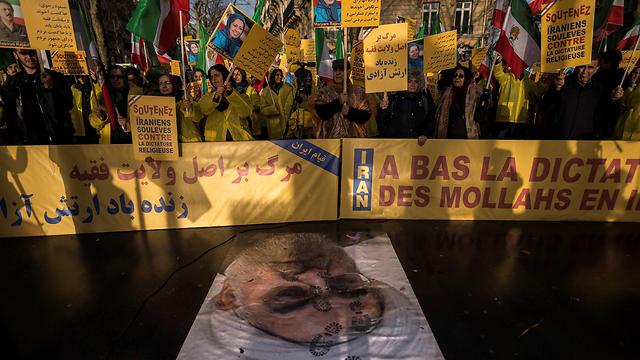"""ההפגנות באיראן: """"מסתכלים בקנאה על החיים מחוץ למדינה"""" (צילום : AFP)"""