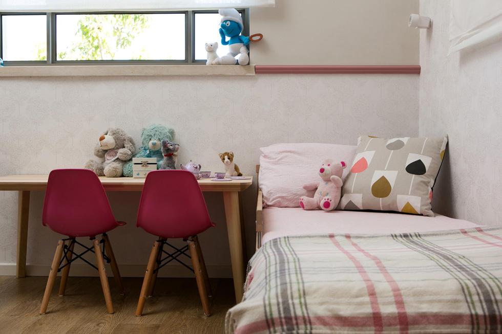 חדרה של הבת הקטנה. ''בניגוד לבחירה המתבקשת, להלביש את הבית בסגנון כפרי או שאבי שיק'', אומרת הירשפלד, ''בחרתי בסגנון מודרני חמים'' (צילום: שירן כרמל)