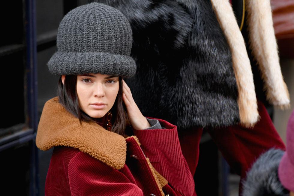 לא לשכוח כובע. קנדל ג'נר בתצוגת החורף של מארק ג'ייקובס (צילום: Gettyimages)