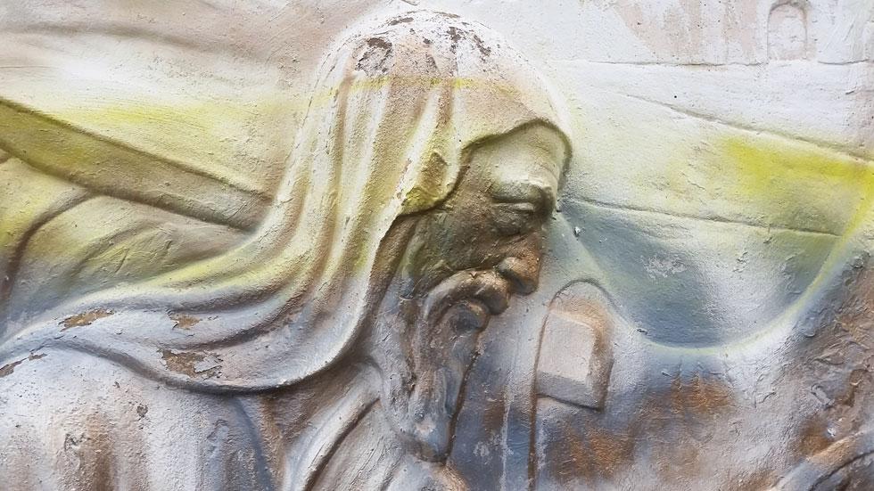 גרפיטי קושקש על פניו של יעקב, בתבליט האבן שמתאר את פגישתו עם רחל על פי הבאר (צילום: מיכאל יעקובסון)
