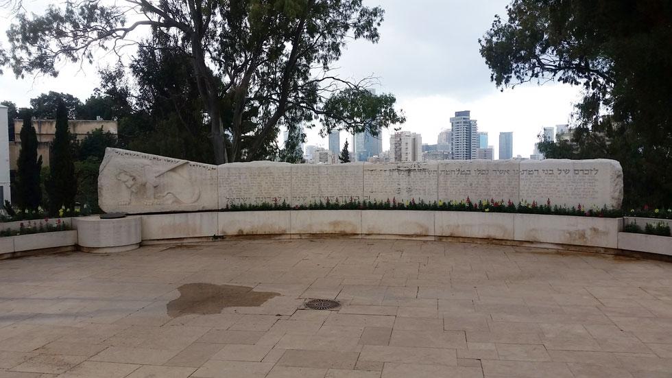 הגן כולל גם אנדרטה גדולה לבני העיר שנפלו במלחמות ישראל (צילום: מיכאל יעקובסון)