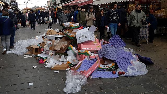 Sanitation workers piled trash in the Mahane Yehuda Market (Photo: Yael Freidson)
