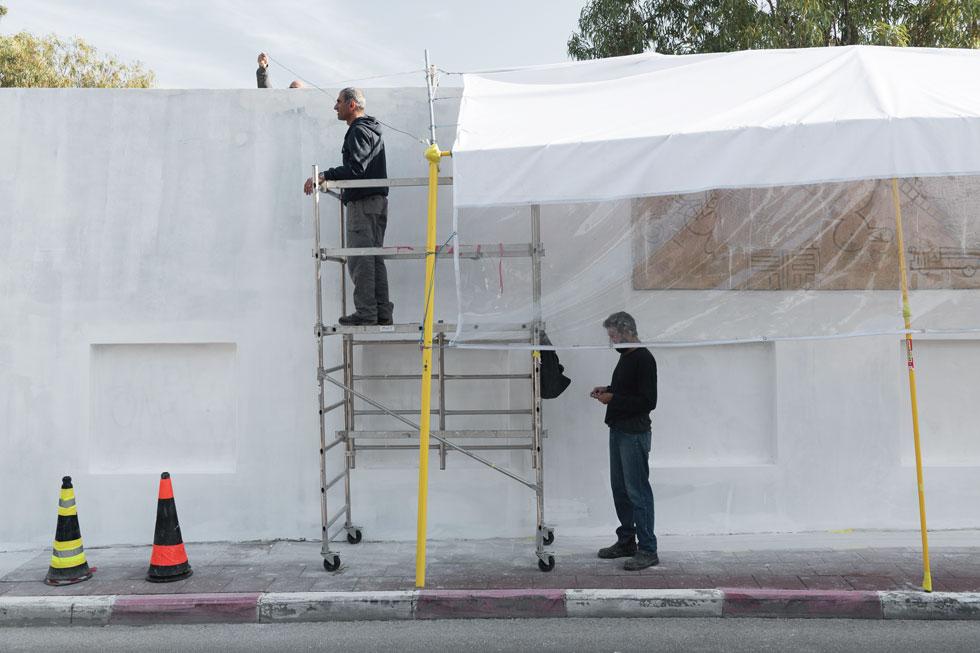 בשבועות האחרונים עמל אמן השימור שי פרקש, עם צוותו, על שיחזור הקיר שהתפורר לפני שנים רבות (צילום: גדעון לוין)