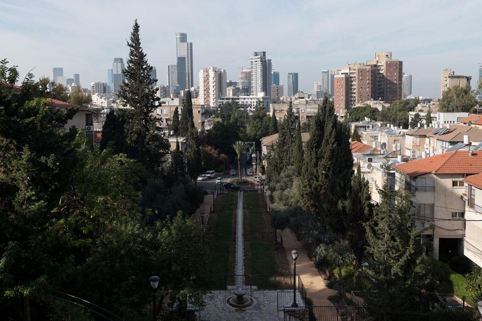 הקיר נמצא בחזית התיאטרון הפתוח בפסגה של גן אברהם, שממנו נשקף בזמנו נוף מרהיב - שנחסם והולך במגדלים (צילום: גדעון לוין)