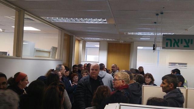 """עובדי עיריית ירושלים חוסמים את לשכת מנכ""""ל העירייה ()"""