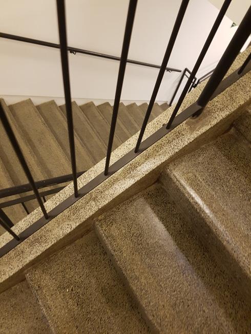 רצפת הטראצו הישנה של בית הספר שומרה רק בחדר המדרגות (צילום: אורן אלדר)