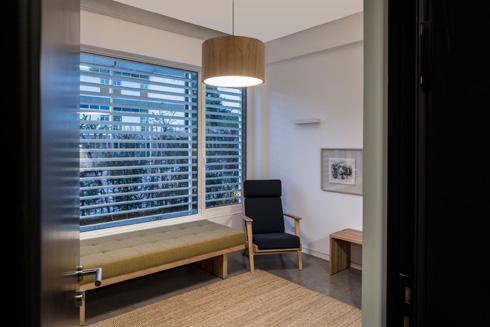 כל חדר טיפולים צריך ספה (צילום: עמית גרון)