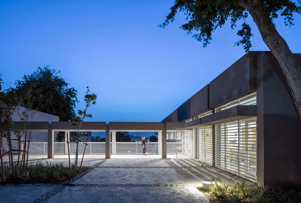 הכניסה הראשית למרכז ''רוח אדם'' בלוד, בתכנון משרד האדריכלים גוטסמן-שמלצמן (צילום: עמית גרון)