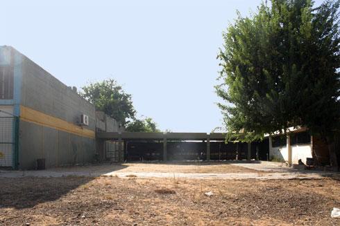 במקור: שלושה מבנים המחוברים במסדרון מקורה, כמו בתי ספר רבים בארץ (צילום: משרד גוטסמן שמלצמן אדריכלות)