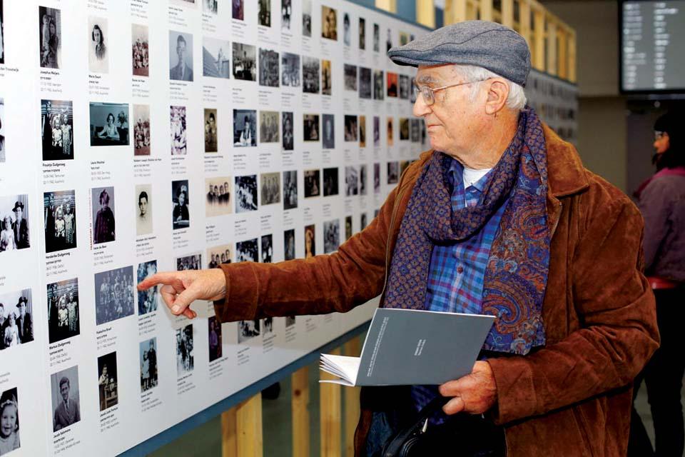 Интерьер и посетители выставки Фото: Джейкоб Мадар
