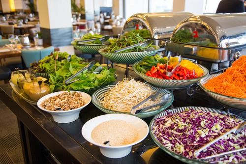 Типичный тель-авивский завтрак в отеле или кафе. Фото: shutterstock