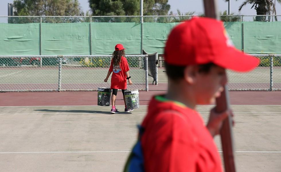 המגרש נראה עצוב? אל דאגה, הילדים בדרך לפעולה (צילום: ירון ברנר) (צילום: ירון ברנר)