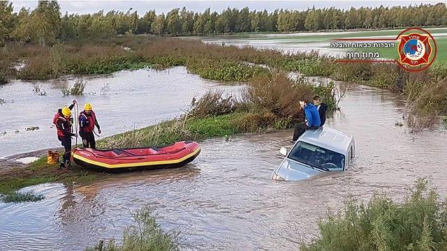 חילוץ שני אזרחים נוספים מאותו מקום שבו חולצו שני אחים וסבם (צילום: דוברות כבאות מחוז חוף) (צילום: דוברות כבאות מחוז חוף)