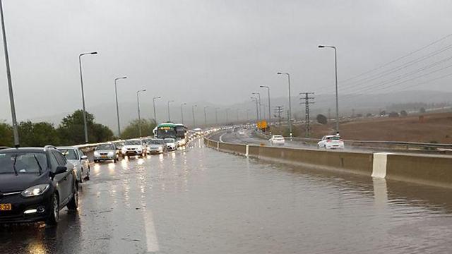ההצפה בכביש 1 (צילום: דוברות המשטרה) (צילום: דוברות המשטרה)