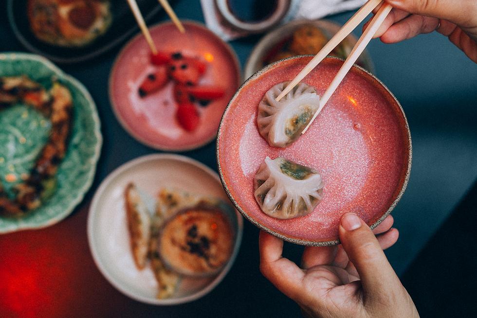 """אוסף של מאכלים מהמזרח. מסעדת """"אסיה"""" (צילום: אהוד קב) (צילום: אהוד קב)"""