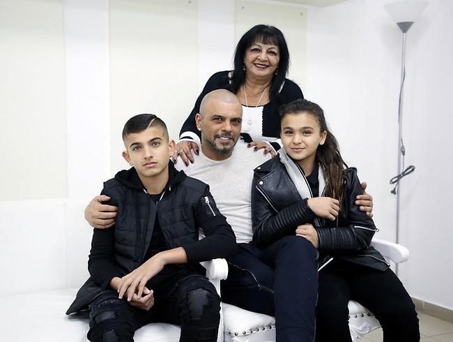 """מוצ""""ש משפחתי. גולם עם הילדים ליאם ואלין ואמא שלו רונית (צילום: אלוני מור )"""