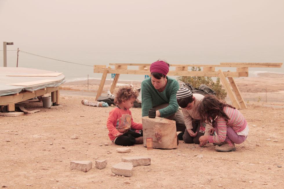 """דגן-חדד וילדיה עוזרים בהקמה. """"זה מקום שאני חולמת עליו כבר כמה שנים"""" (צילום: יוחאי חדד)"""