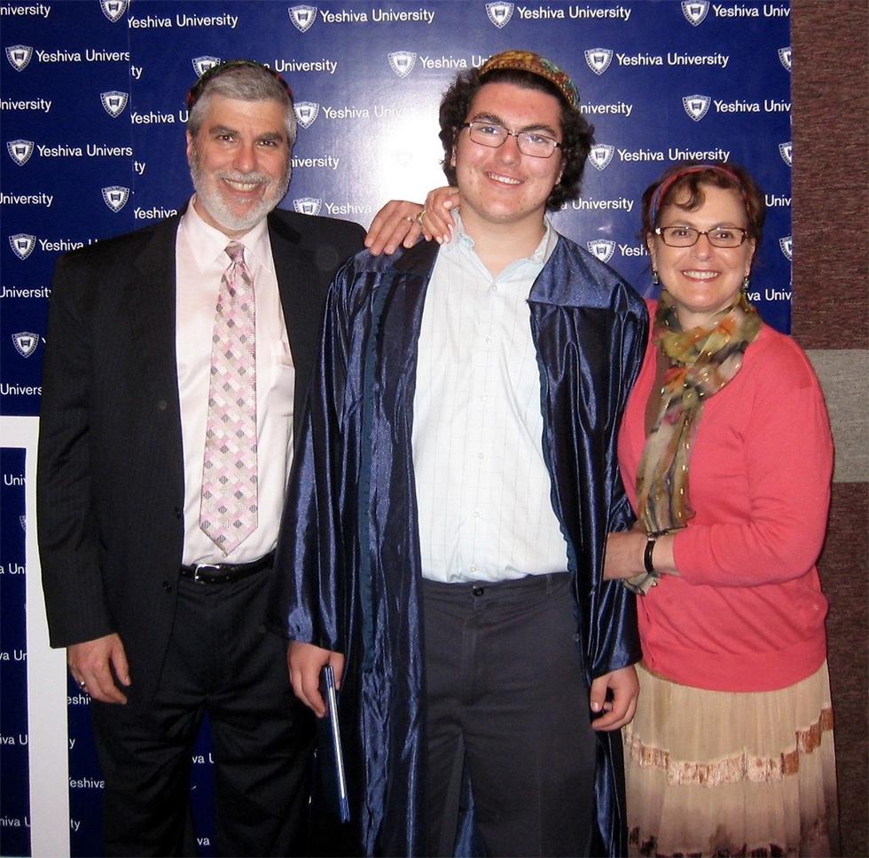 """אריאל ניומן ז""""ל עם הוריו אלן ומארק"""