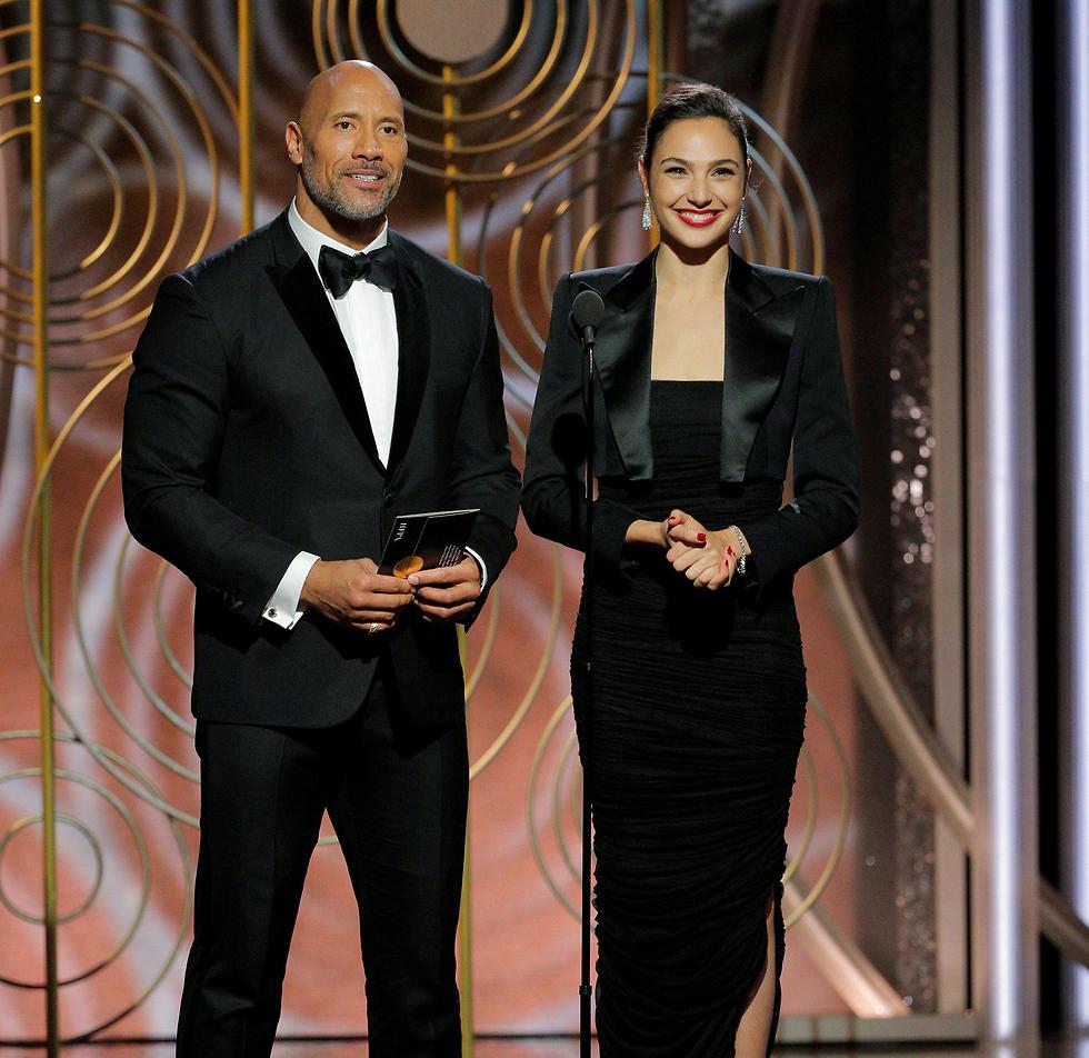 גל גדות ודווין ג'ונסון מגישים פרס בטקס גלובוס הזהב (צילום: APA) (צילום: APA)