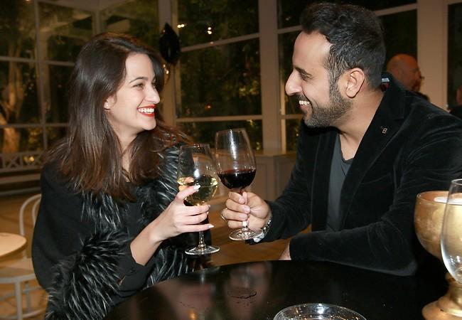 אז תרימי עוד כוס של יין. דודו אהרון והחברה (צילום: ענת מוסברג)