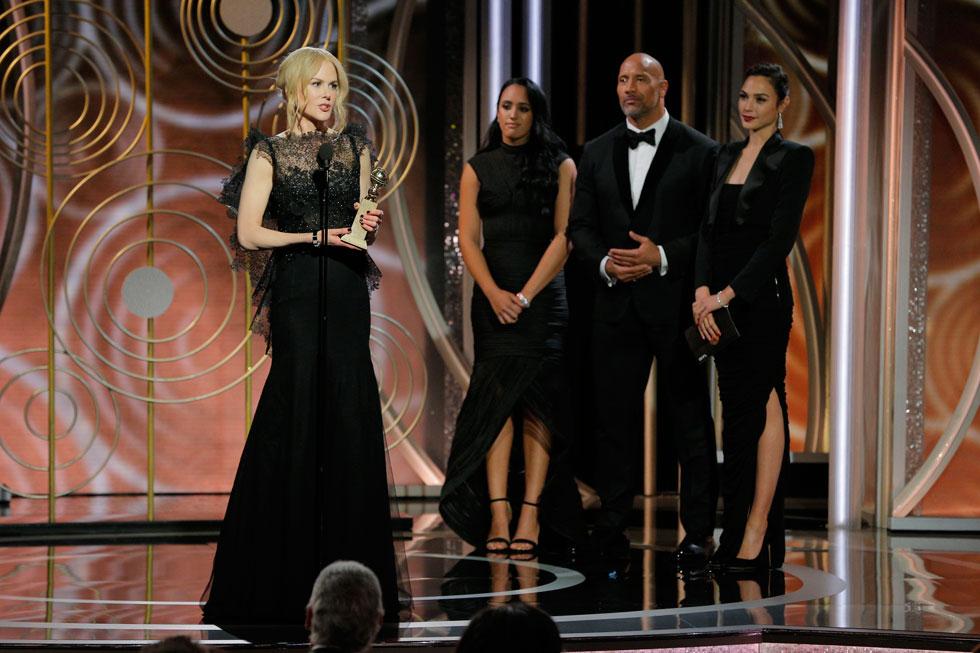 גדות על הבמה בגלובוס הזהב, מגישה את פרס השחקנית במיני סדרה בטלוויזיה לניקול קידמן (צילום: Gettyimages)