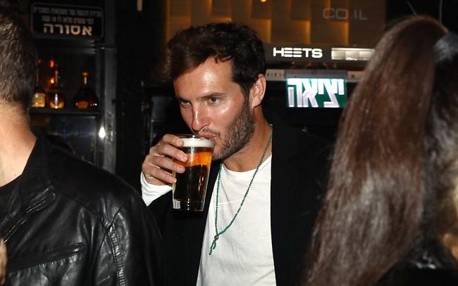עוד בירה אחת ואני רואה כפול. בונני (צילום: אמיר מאירי)