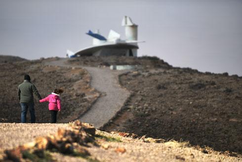 צועדים בשביל למצפור ערד. תומרקין חתר להטביע חותם סמוך לעיר החדשה (צילום: אבי פז)