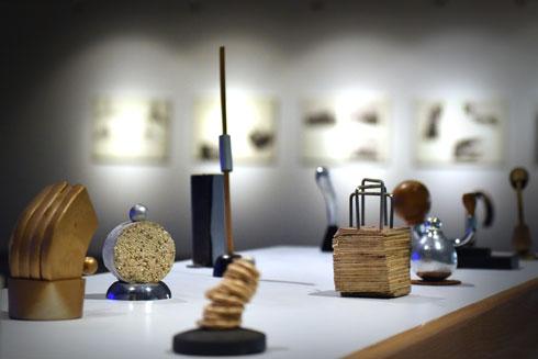 שלל פרשנויות בתערוכה, למשל העבודה ''מינימנטים'' של רועי מנחם מרקוביץ' (צילום: אבי פז)