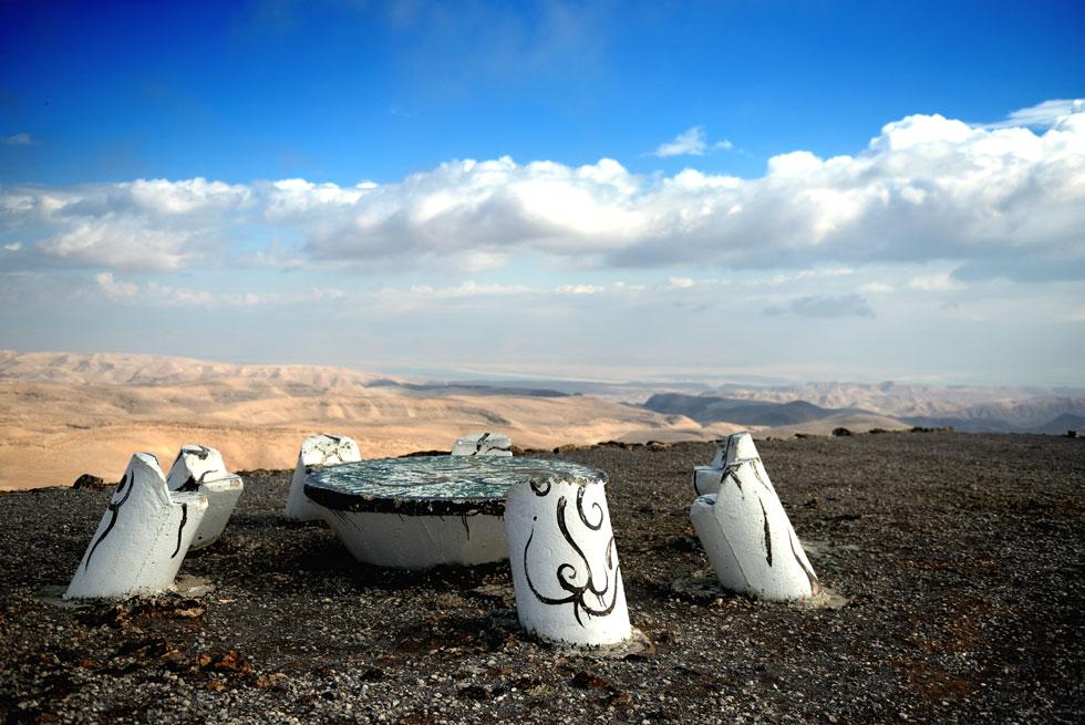 מי שימשיך מהמצפור הלאה בשביל, ייחשף להפתעה הקטנה שתומרקין הכין לו: שולחן אורחים במדבר (צילום: אבי פז)