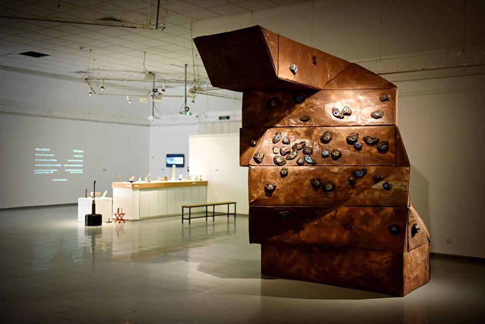 מתוך תערוכת המחווה למצפור, שנערכת בימים אלה בערד: ''אחיזת עיניים'' של הפסל גיא ניסנהויז (צילום: אבי פז)