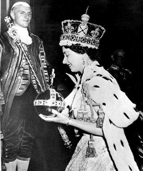 אליזבת השנייה בהכתרתה (צילום: AP)